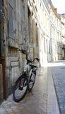 Eenzame fiets op de zijstraat van Bordeaux Stock Fotografie