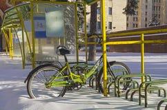 Eenzame fiets verlaten op al winter bij het fietsparkeren Royalty-vrije Stock Afbeeldingen