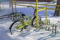 Eenzame fiets verlaten op al winter bij het fietsparkeren Stock Foto's