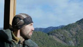 Eenzame gebaarde mens die zich op observatiedek op een een berg en het drinken koffie kijken of thee die van grote kop bevinden 4 stock video