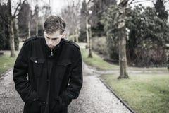 Eenzame gedeprimeerde mens in openlucht Royalty-vrije Stock Fotografie