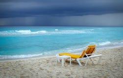 Eenzame gele zitkamerstoel bij de oceaan vóór het onweer Royalty-vrije Stock Fotografie