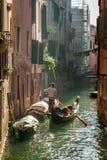 Eenzame gondelier in het Drijven van Venetië royalty-vrije stock afbeelding