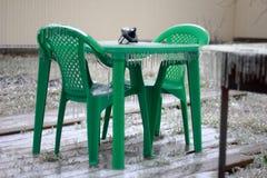 Eenzame groene picknicklijst in de winter Royalty-vrije Stock Foto's