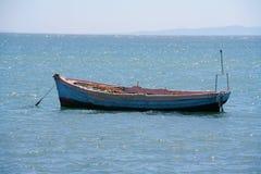 Eenzame het roeien boot/fisherboat royalty-vrije stock foto
