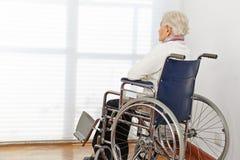 Eenzame hogere vrouw in rolstoel Royalty-vrije Stock Fotografie