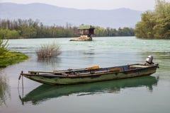 Eenzame huis en kleine boot op de rivier Drina royalty-vrije stock afbeeldingen