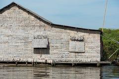 Eenzame hut op het meer Royalty-vrije Stock Fotografie