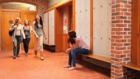 Eenzame jonge student die op haar klasgenoten letten voorbijgaand door stock footage