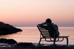 Eenzame jonge vrouw dichtbij de oceaan Royalty-vrije Stock Foto's
