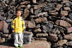Eenzame jongen op het gebied Royalty-vrije Stock Afbeeldingen