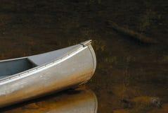 Eenzame kano op drift in het water stock foto