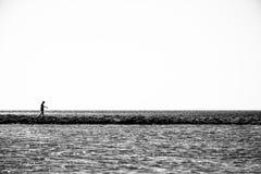 Eenzame kindgangen op een dunne kustlijn royalty-vrije stock fotografie
