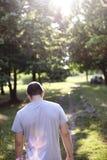 Eenzame korte haired kerel die in het park lopen Stock Afbeelding