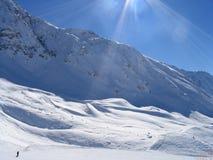 Eenzame meer skiier in Vallandry stock afbeelding