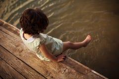 Weinig kind op pijler Stock Fotografie