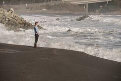 Eenzame mens bij de Vreedzame kuststrand van de V.S. Royalty-vrije Stock Foto
