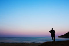 Eenzame mens bij kust stock afbeelding
