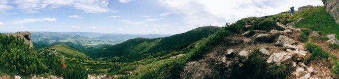 Eenzame mens in de bergen Royalty-vrije Stock Afbeeldingen