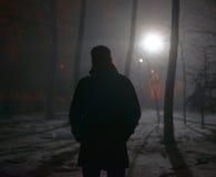 Eenzame mens in de mist bij nacht stock fotografie