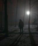 Eenzame mens in de mist bij nacht Royalty-vrije Stock Afbeeldingen