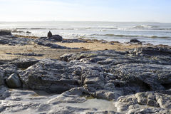 Eenzame mens die op de rotsen lopen Royalty-vrije Stock Foto's