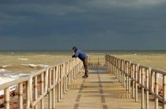 Eenzame mens op de pijler Royalty-vrije Stock Foto's