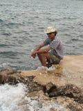 Eenzame mens op het strand Stock Foto's