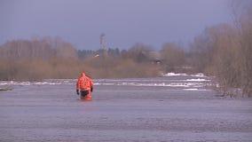 Eenzame mens op overstroomd gebied stock footage