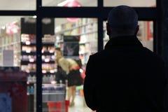 Eenzame mens voor winkelvenster Stock Afbeeldingen