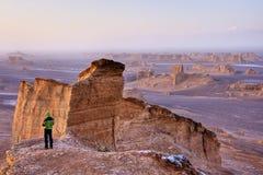 Eenzame mensen in woestijn stock foto's