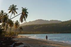 Eenzame mensenlooppas langs een zandig strand op een tropisch strand bij zonsopgang Stock Fotografie