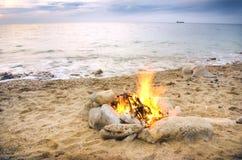 Eenzame nachtbrand op zeekust Royalty-vrije Stock Fotografie
