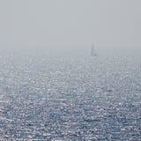 Eenzame op zee verloren zeilboot stock foto's