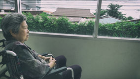 eenzame oudste die door venster in de bouw kijken - leeftijd, loneline royalty-vrije stock foto's