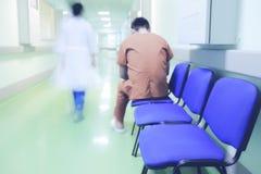 Eenzame patiënt in het ziekenhuisgang stock foto's