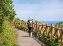 Eenzame Pelgrim die met rugzak Camino DE Santiago lopen stock foto