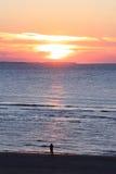 Eenzame persoon die zonsondergang, Nederlands Ameland-Eiland bekijken Royalty-vrije Stock Foto's