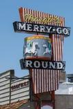 EENZAME PIJNBOOM, CALIFORNIË: Het uitstekende restaurantteken voor Vrolijke Margie gaat om restaurant royalty-vrije stock afbeeldingen