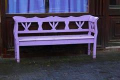Eenzame purpere gekleurde bank stock fotografie