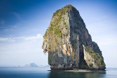 Rots bij een strand dichtbij Krabi, Thailand Stock Fotografie