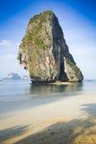 Rots bij een strand dichtbij Krabi, Thailand Royalty-vrije Stock Foto