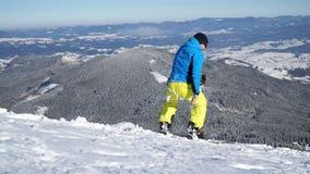 Eenzame snowboarder rolt de helling naar beneden stock videobeelden