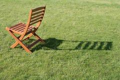 Eenzame stoel in de tuin Stock Foto