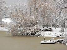 Eenzame stoel die op het dok wordt vergeten Stock Foto