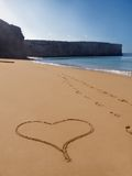 Eenzame strand hart-vorm in zand Royalty-vrije Stock Fotografie