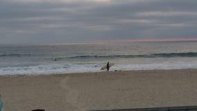 Eenzame surfer stock afbeeldingen