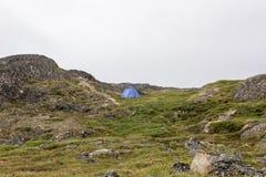 Eenzame tent in greenlandic landschap stock fotografie