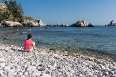 Eenzame toerist die een telefoongesprek maken bij het strand van Sicilië, Italië Royalty-vrije Stock Foto