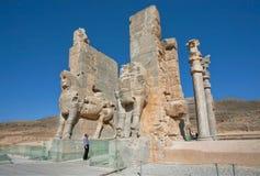 Eenzame toerist die op de standbeelden van geruïneerde Persepolis-stad letten Stock Afbeelding